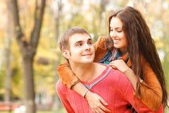 Portret cieszy się złotego jesieni sezon jesienny para Zdjęcie Stock
