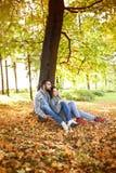 Portret cieszy się złotego jesieni sezon jesienny para Zdjęcia Stock