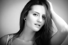 Portret con la mujer hermosa en negro y blanco Imagen de archivo libre de regalías