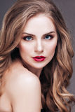Portret cudowna młoda blondynki kobieta z długie włosy patrzeje kamerą, ono uśmiecha się Zdjęcie Stock