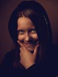 Portret czarcia nastoletnia dziewczyna z ponurym uśmiechem Zdjęcia Stock