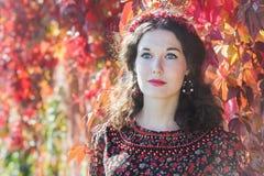 Portret czarodziejska jesieni dziewczyna z czerwonym spadku wiankiem Zdjęcia Royalty Free
