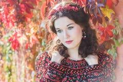 Portret czarodziejska jesieni dziewczyna z czerwonym spadku wiankiem Zdjęcie Stock