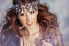 Portret czarodziejska piękna dziewczyna z brown włosy i diademem Obraz Royalty Free