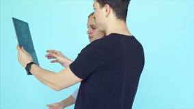 Portret czarować inspirujących ludzi używa urządzenia elektroniczne zdjęcie wideo