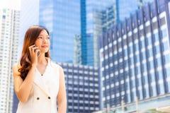 Portret czaruje pięknego młodego bizneswomanu Atrakcyjny busi obraz stock