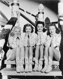 Portret cztery młodej kobiety siedzi na krokach w zachodniej odzieży (Wszystkie persons przedstawiający no są długiego utrzymania Obrazy Royalty Free