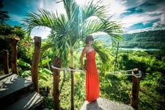 Portret czuła kobieta blisko palmy na tropikalnej wyspie Nusa Lembongan, Bali, Indonezja Zdjęcie Stock