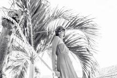Portret czuła kobieta blisko palmy na tropikalnej wyspie Nusa Lembongan, Bali, Indonezja Zdjęcie Royalty Free