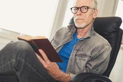 Portret czyta książkę dojrzały mężczyzna Obraz Stock