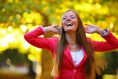 Portret da menina da mulher na folha do jardim do outono fotografia de stock