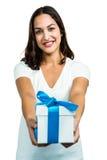 Portret daje prezenta pudełku młoda kobieta Obrazy Stock