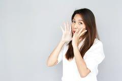 Portret damy Azjatycki speake out na szarość odizolowywa Fotografia Royalty Free