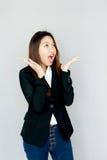 Portret damy Azjatycki speake out, uśmiech na szarość i odizolowywamy Fotografia Stock