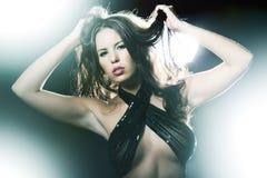 Portret dancingowa kobieta na ciemnym tle Obraz Stock