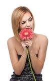Portret dat van een vrouw, op de bloemblaadjes van een bloem bijt royalty-vrije stock fotografie