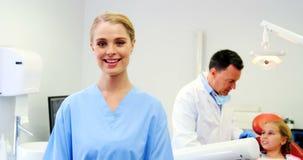 Portret dat van glimlachende verpleegster zich in kliniek bevindt stock footage