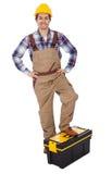 Portret dat van hersteller zich op toolbox bevindt Stock Fotografie