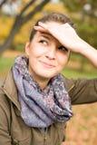 Portret dat van leuke jonge brunette goofy smili maakt Royalty-vrije Stock Foto