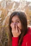 Portret dat van meisje haar mond behandelt met hand Stock Foto's