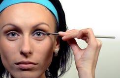 Portret dat van mooie vrouw oogschaduw toepast Royalty-vrije Stock Foto's