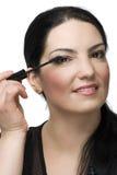 Portret dat van vrouw mascara toepast Royalty-vrije Stock Foto's