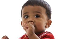 Portret dat van zoete Indische baby, recht kijkt Stock Fotografie
