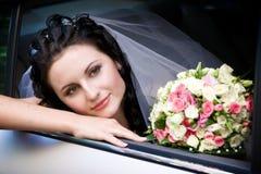 Portret in de huwelijksauto Stock Afbeeldingen