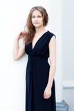 Muchacha en un vestido negro largo Fotografía de archivo