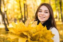 Portret de la mujer en otoño imagen de archivo