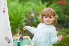Portret de plan rapproché d'un petit peintre doué, enfant en bas âge adorable g Photos stock