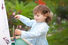 Portret de plan rapproché d'un petit peintre doué, fille d'enfant en bas âge Photo libre de droits