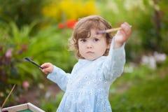 Portret de plan rapproché d'un petit peintre doué, fille d'enfant en bas âge Photo stock