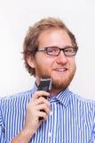 Portret del hombre barbudo con una maquinilla de afeitar eléctrica imágenes de archivo libres de regalías