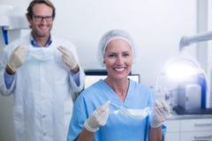 Portret dentysta i stomatologiczny asystent jest ubranym chirurgicznie maskę fotografia stock