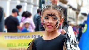 Portret des Mädchentänzers gekleidet im Kostüm als Vogel an der Parade lizenzfreie stockbilder