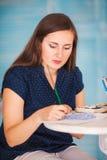 Portret des paintpainting Bildes des Künstlers mit Watercolours stockfoto