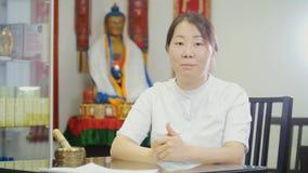 Portret di medico tibetian - donna asiatica fotografia stock