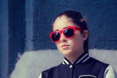 Portret dichte omhooggaand van een modieus meisje in rode zonnebril Royalty-vrije Stock Afbeeldingen