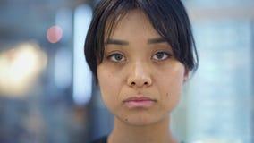Portret dichte omhooggaand van emotioneel Aziatisch meisje die haar tong tonen stock video