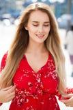 Portret dichte omhooggaand van jonge mooie blondevrouw royalty-vrije stock afbeelding