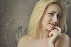 Portret dichte omhooggaand van jonge mooie blondevrouw royalty-vrije stock fotografie