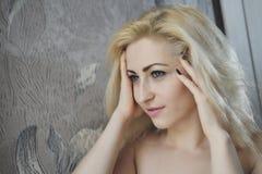 Portret dichte omhooggaand van jonge mooie blondevrouw stock fotografie