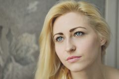 Portret dichte omhooggaand van jonge mooie blondevrouw royalty-vrije stock afbeeldingen