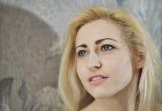 Portret dichte omhooggaand van jonge mooie blondevrouw royalty-vrije stock foto