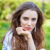 Portret dichte omhooggaand van jonge mooie blondevrouw Stock Foto