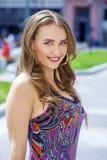 Portret dichte omhooggaand van jonge mooie blondevrouw, op achtergrond royalty-vrije stock afbeeldingen