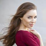Portret dichte omhooggaand van jonge mooie donkerbruine vrouw royalty-vrije stock afbeeldingen