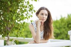 Portret dichte omhooggaand van jonge mooie donkerbruine vrouw Stock Foto