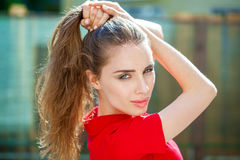 Portret dichte omhooggaand van jonge mooie donkerbruine vrouw Royalty-vrije Stock Afbeelding